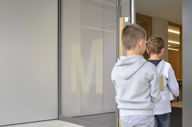 Glasfront mit Text zur besseren Orientierung
