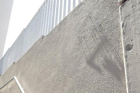 Orientierungshinweis auf weisser Wand