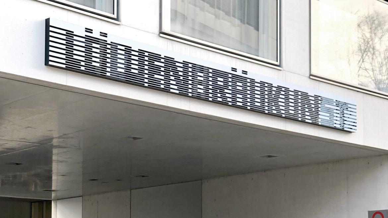 Firmenname vor Eingang