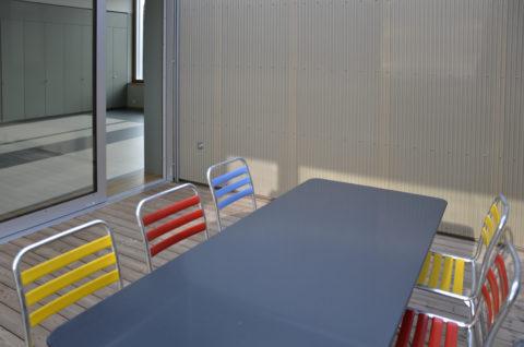 Sitzplatz mit farbigen Stühlen
