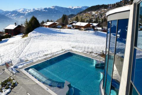 Pool in Winterlandschaft